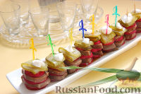 Фото к рецепту: Канапе из языка, редиса и маринованных огурцов