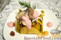 Фото к рецепту: Салат из сельди, отварного языка и овощей, со сметанным соусом