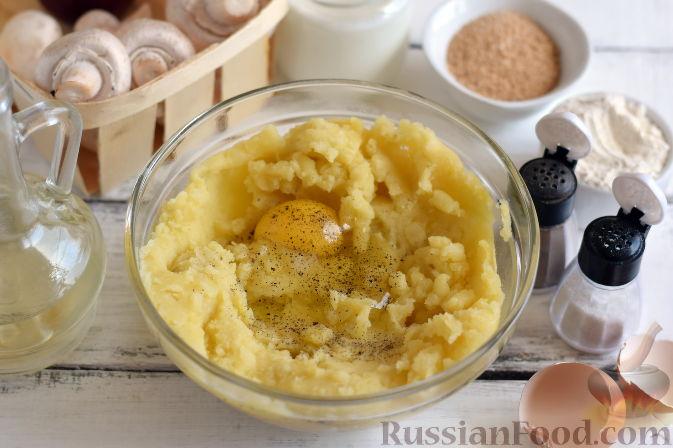 Фото приготовления рецепта: Картошка, тушенная с мясом и вёшенками - шаг №13