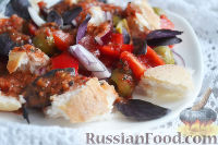 Фото к рецепту: Салат с багетом, перцем и свежим базиликом