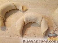 Фото приготовления рецепта: Рогалики из слоено-дрожжевого теста - шаг №10