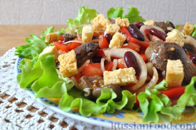 Салат с куриной печенью и сухариками
