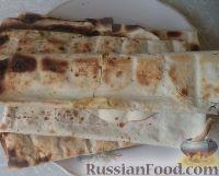 Фото к рецепту: Лаваш с сыром и зеленью, запеченный на мангале