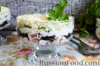 """Фото к рецепту: Салат """"Нежность"""" с курицей и черносливом"""
