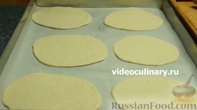 Фото приготовления рецепта: Дрожжевые пирожки-плетёнки на молоке, с мясным фаршем - шаг №18
