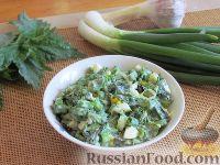 Фото к рецепту: Салат с крапивой и зеленым луком