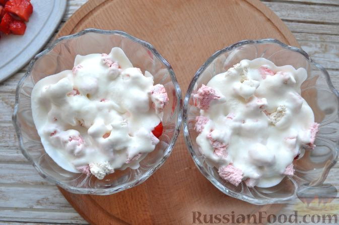 Фото приготовления рецепта: Клубника со сливками и зефиром - шаг №7