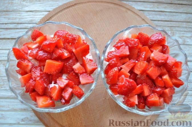 Фото приготовления рецепта: Клубника со сливками и зефиром - шаг №8