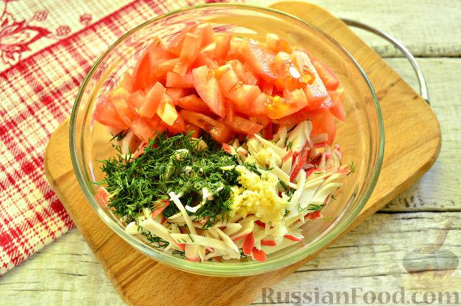 Фото приготовления рецепта: Крабовый салат с ветчиной - шаг №8