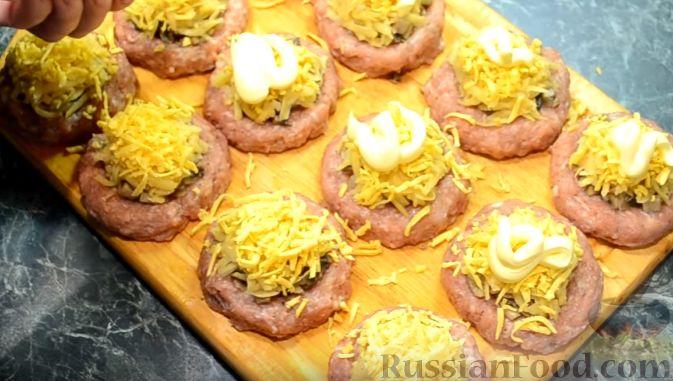 Фото приготовления рецепта: Свиные тефтели, тушенные в миндальном соусе с белым вином - шаг №16