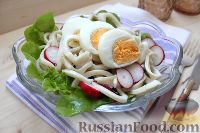 Фото к рецепту: Салат из кальмаров и молодого редиса