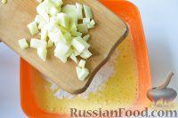 Фото приготовления рецепта: Шарлотка с яблоками (в хлебопечке) - шаг №6