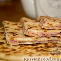 Фото к рецепту: Сырные лепешки с ветчиной