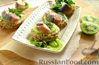 Фото приготовления рецепта: Канапе с сельдью и киви - шаг №10