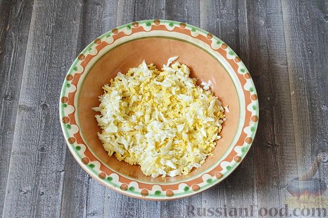 Фото приготовления рецепта: Дрожжевые пирожки с рыбой, варёными яйцами и зелёным луком - шаг №15