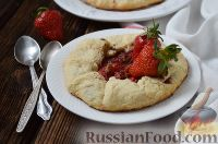 Фото к рецепту: Творожные галеты с ревенем и клубникой