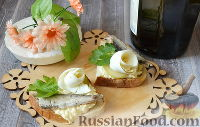 Фото к рецепту: Бутерброды со шпротами, яйцом и огурцом