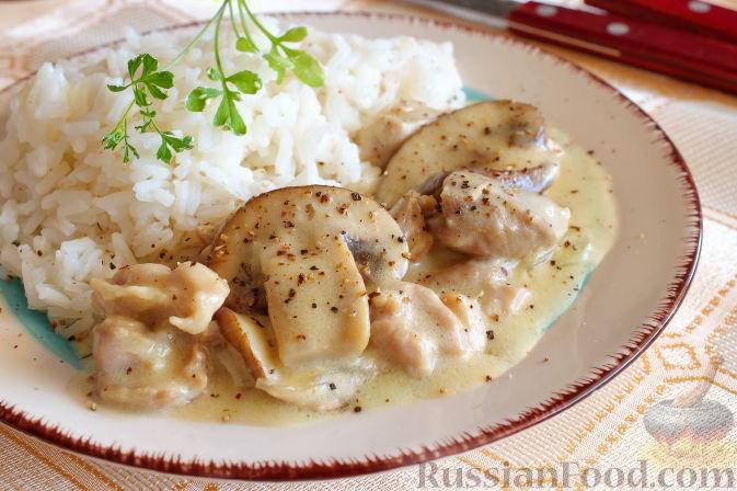 Фото приготовления рецепта: Куриный суп с капустой, сладким перцем и маслинами - шаг №6