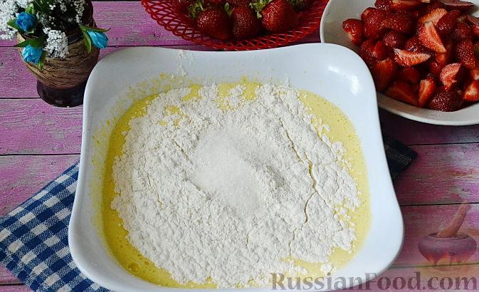 Фото приготовления рецепта: Быстрый пирог с клубникой - шаг №5