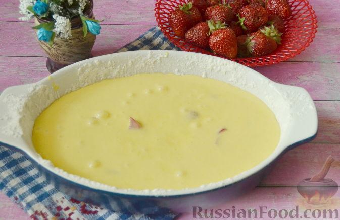 Фото приготовления рецепта: Быстрый пирог с клубникой - шаг №8