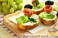 Фото к рецепту: Бутерброды с лососем и маслинами