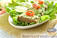 Фото к рецепту: Бутерброды с красной рыбой и авокадо