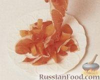 Фото приготовления рецепта: Дыневый салат с ветчиной и клубничной сальсой - шаг №3