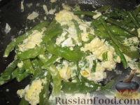 Фото приготовления рецепта: Стручковая фасоль жареная с яйцами - шаг №6