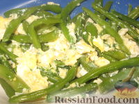 Фото приготовления рецепта: Стручковая фасоль жареная с яйцами - шаг №7