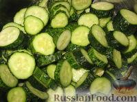 Фото приготовления рецепта: Сырой салат из огурцов на зиму - шаг №2