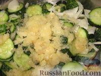 Фото приготовления рецепта: Сырой салат из огурцов на зиму - шаг №4