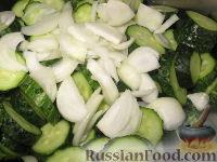 Фото приготовления рецепта: Сырой салат из огурцов на зиму - шаг №3