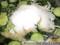 Фото приготовления рецепта: Сырой салат из огурцов на зиму - шаг №5