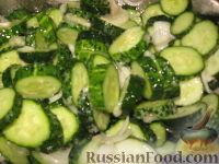 Фото приготовления рецепта: Сырой салат из огурцов на зиму - шаг №6