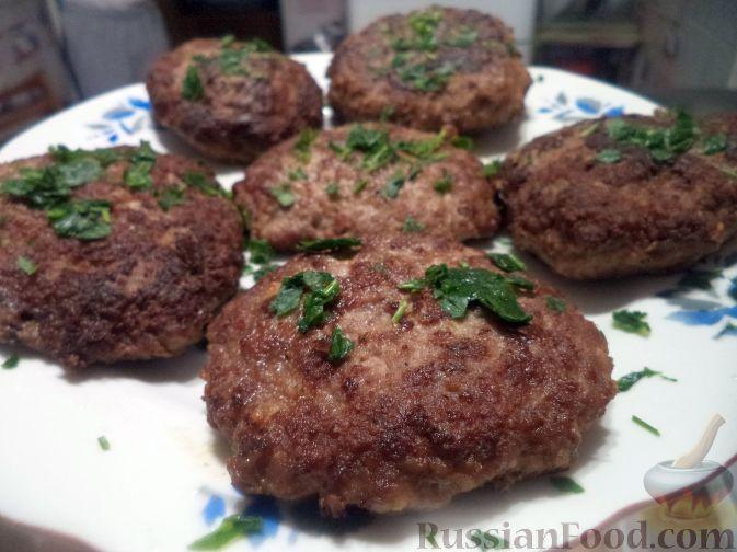 Фото приготовления рецепта: Капуста, тушенная с мясом, грибами и айвой - шаг №10