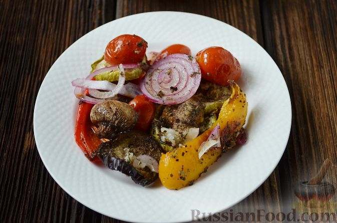 Фото приготовления рецепта: Слоёный салат с копчёной курицей, картофелем, морковью, свёклой и черносливом - шаг №12