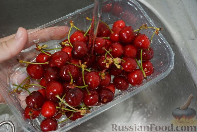 Фото приготовления рецепта: Варенье из черешни с миндалем - шаг №2