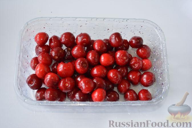 Фото приготовления рецепта: Варенье из черешни с миндалем - шаг №3