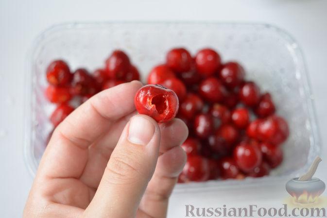 Фото приготовления рецепта: Варенье из черешни с миндалем - шаг №5