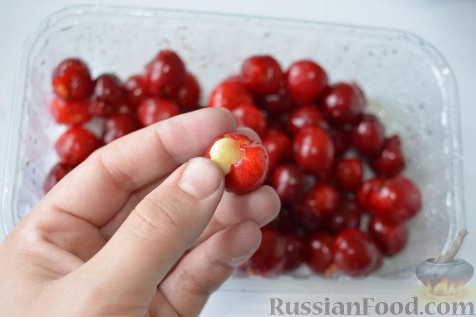 Фото приготовления рецепта: Варенье из черешни с миндалем - шаг №6