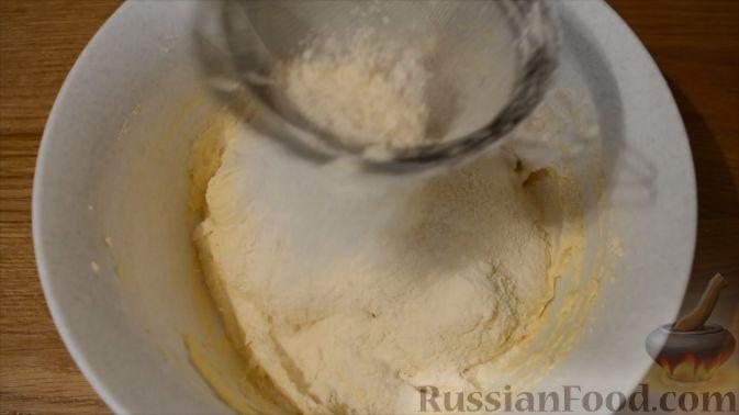 Фото приготовления рецепта: Песочный пирог со сливами - шаг №5
