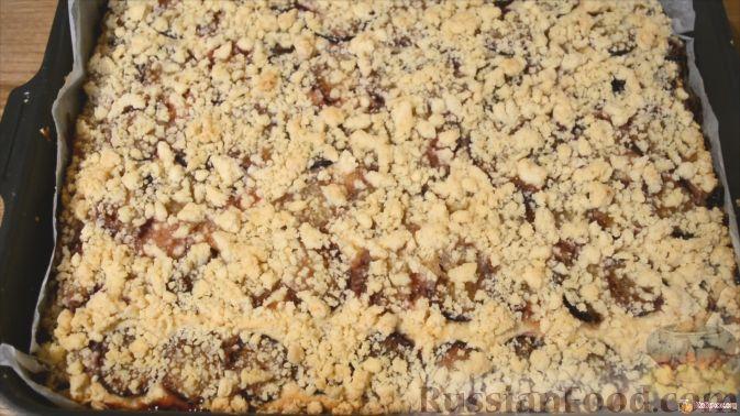 Фото приготовления рецепта: Песочный пирог со сливами - шаг №8