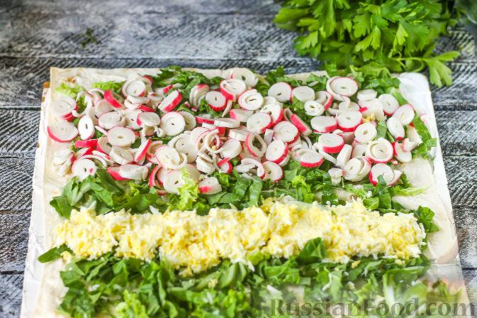 Фото приготовления рецепта: Рулет из лаваша с крабовыми палочками - шаг №6