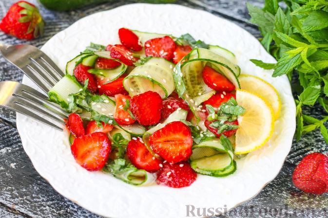 Фото к рецепту: Салат из огурцов и клубники