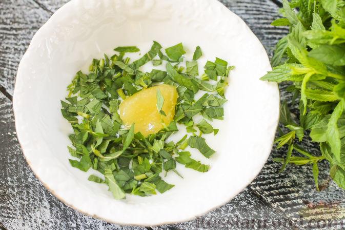 Фото приготовления рецепта: Салат из огурцов и клубники - шаг №2