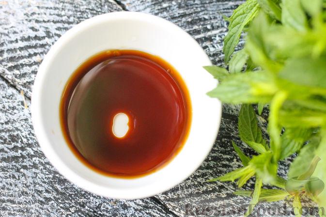 Фото приготовления рецепта: Салат из огурцов и клубники - шаг №3