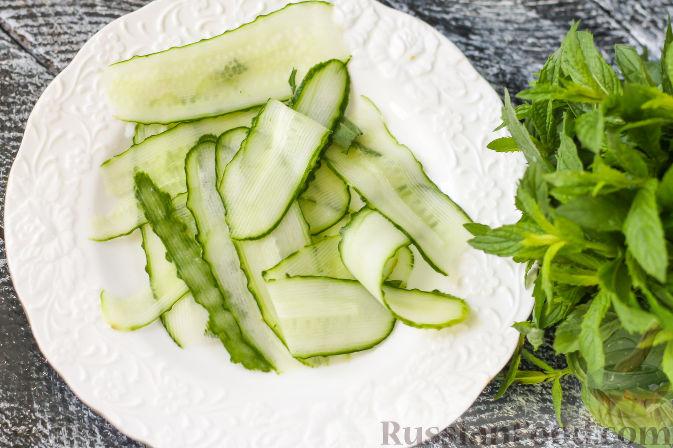 Фото приготовления рецепта: Салат из огурцов и клубники - шаг №4