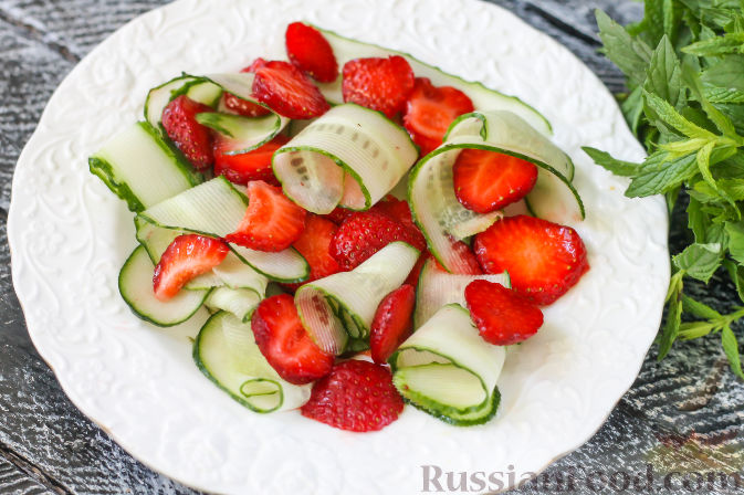 Фото приготовления рецепта: Салат из огурцов и клубники - шаг №5