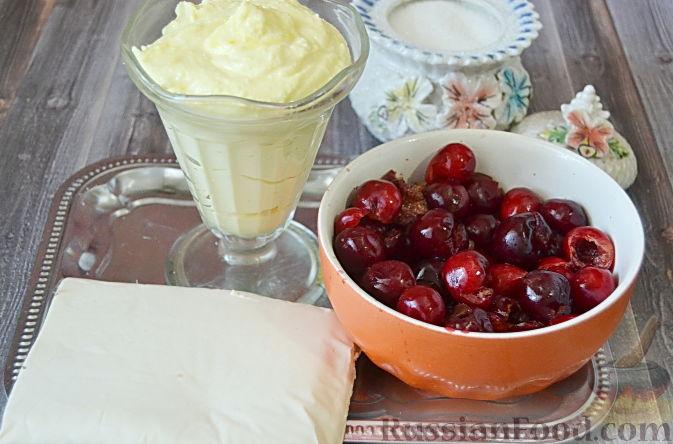 Фото приготовления рецепта: Слоеный пирог с черешней - шаг №1