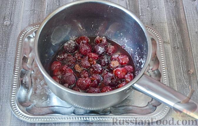 Фото приготовления рецепта: Слоеный пирог с черешней - шаг №3